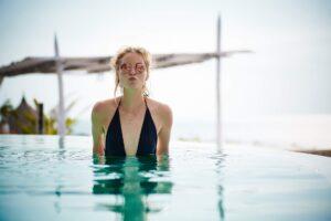tendencia swimwear con una chica en bikini para The Corner Adeje, Shopping & Leisure en Tenerife